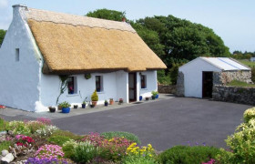 Photo of An Caladh Gearr Thatched Cottage